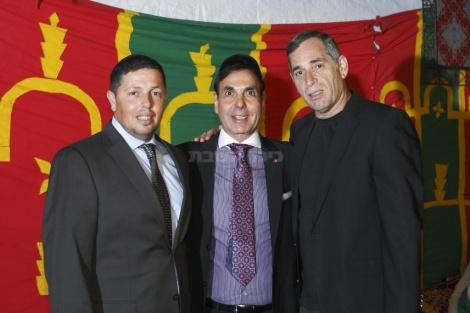 """מימין: ראש אכ""""א האלוף אבי זמיר עם ז'אק אביטל ואיש העסקים יוסי עמוס, מקורבו של הרב פינטו"""