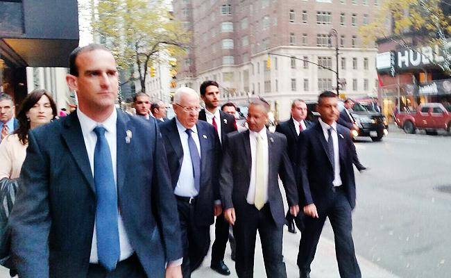 הנשיא צועד לבית הכנסת, בערב שבת (צילום בלעדי: כיכר השבת)