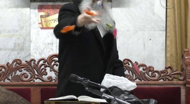 הרב זורק סוכריות לרגל תלמידיו