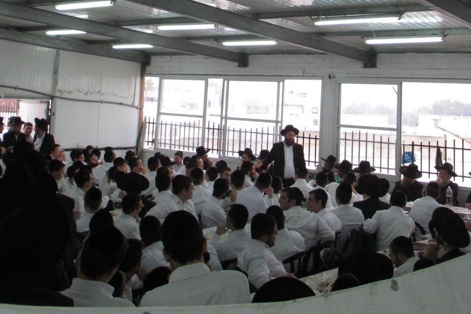 הרב רוזנבלט עם בחורי הישיבה (באדיבות המצלם)