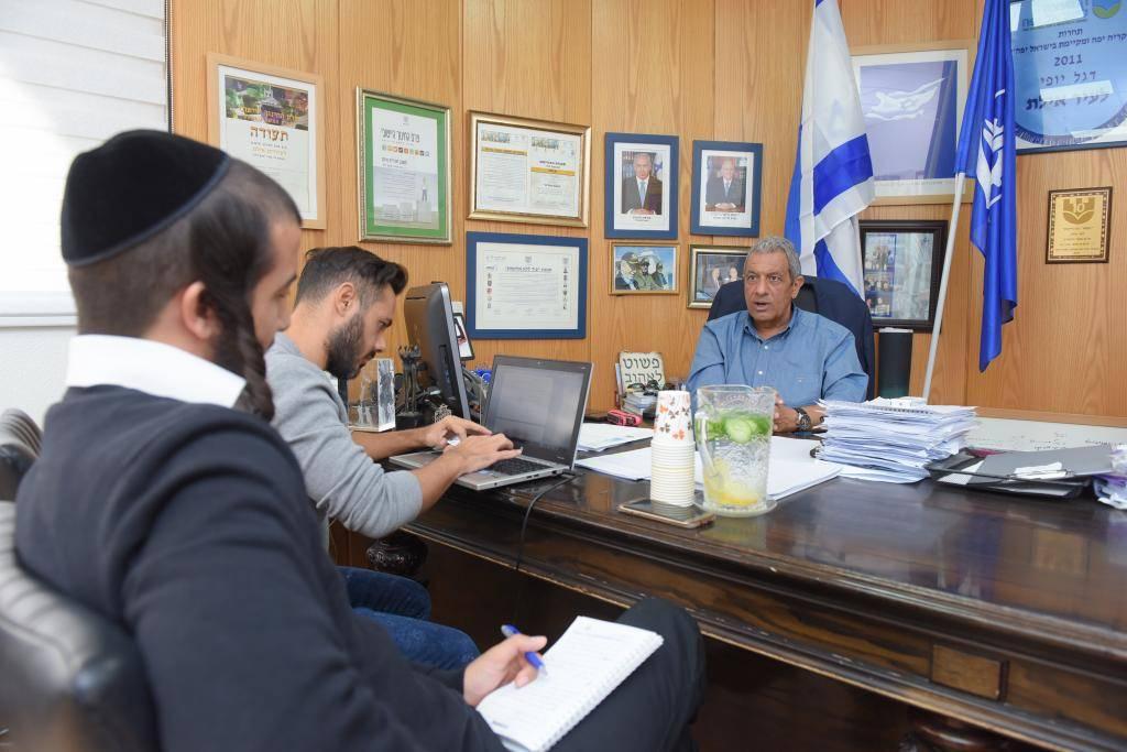 עורך המגזין אור מאיר מיימון בלשכת ראש העיר אילת. באדיבות המצלם