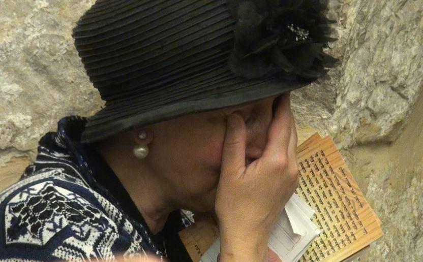 רעייה דואגת. יפה דרעי מתפלל בקבר יוסף