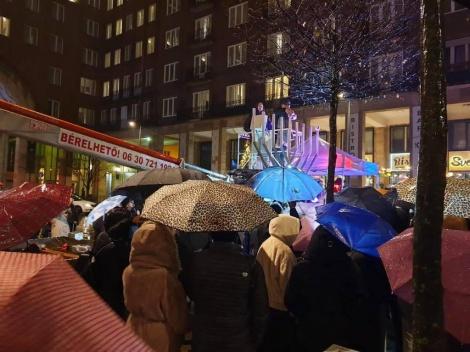 בודפשט הונגריה - הדלקת נרות מרכזית ברחובה של עיר בגשם שוטף, בראשות השליח הרב רסקין.