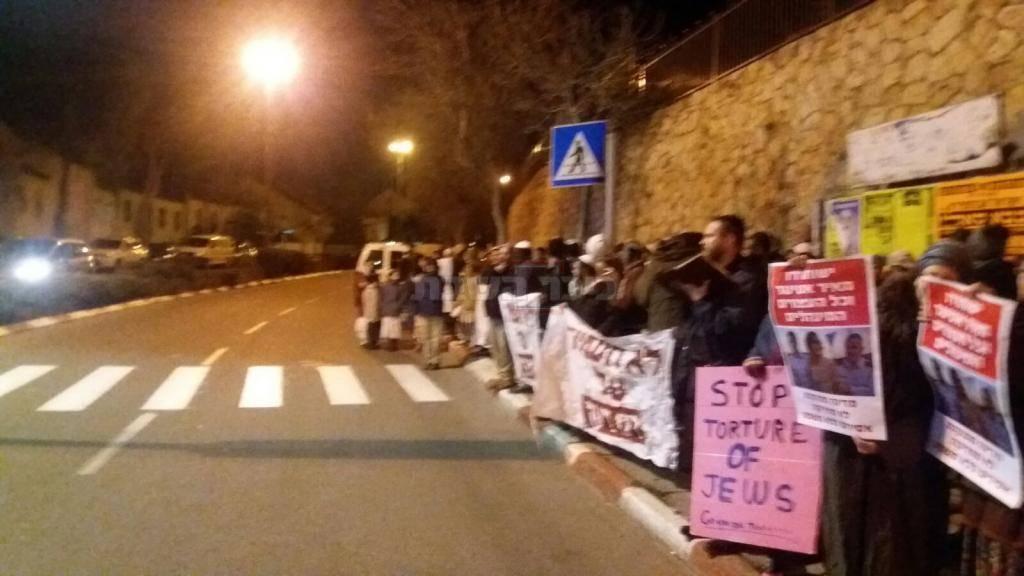 המפגינים (צילום: יהודי לא מענה יהודי)