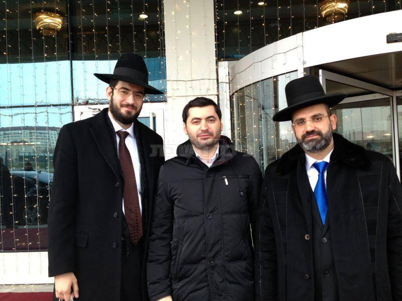 תמיר מג'ידוב עם הרב נפתלייב והרב שמעון לוין (צילום: כיכר השבת ו-shutterstock )