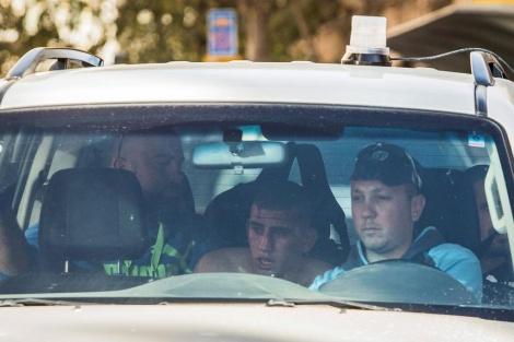 מעצרו של יאסין אבו אל-קרעה (24), המחבל מהכפר טלוזה שביצע את פיגוע הדקירה בכניסה לתחנה המרכזית בירושלים. אזרח שהבחין במחבל מנסה להימלט מהזירה הצליח להשתלט עליו וללכוד אותו (צילום יונתן זינדל, פלאש 90)