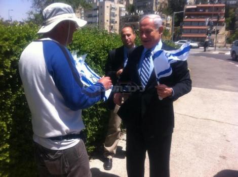 ראש הממשלה קונה דגל. צילום: דף הפייסבוק