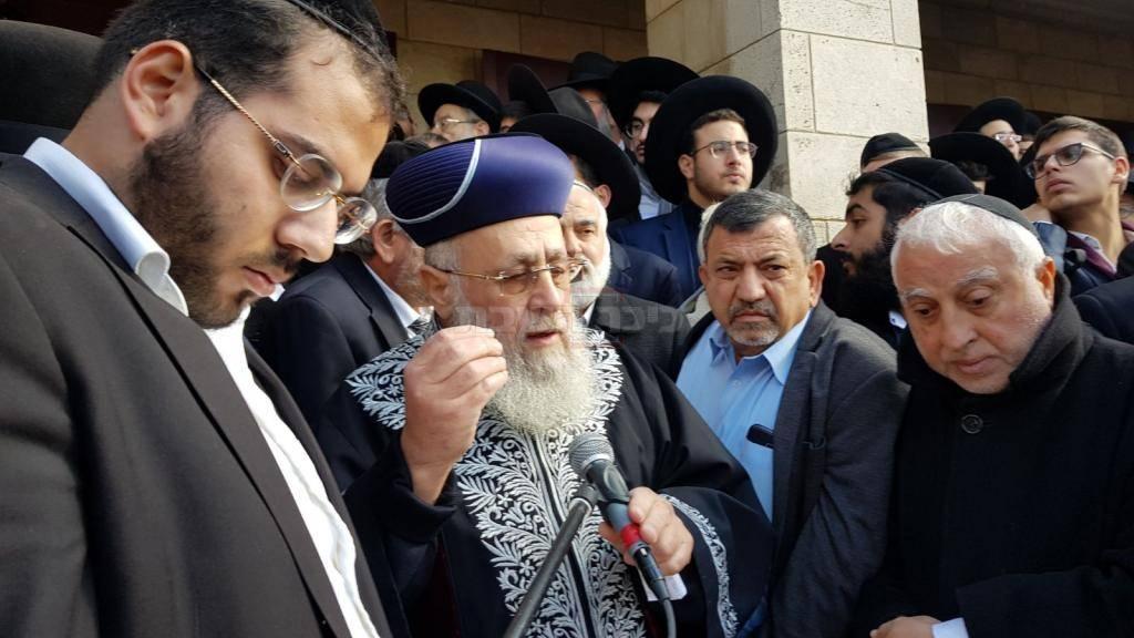 הראשל''צ הגר''י יוסף סופד במסע ההלוויה