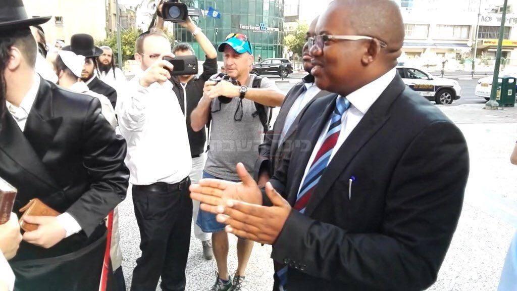 השגריר משוחח עם המפגינים