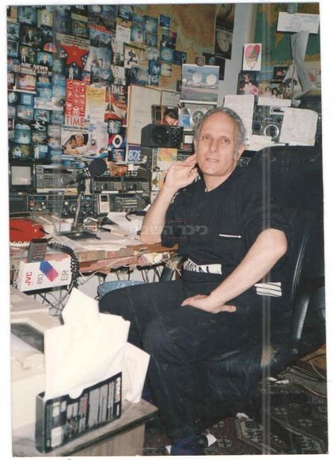 מיקי גורדוס בחדר העבודה