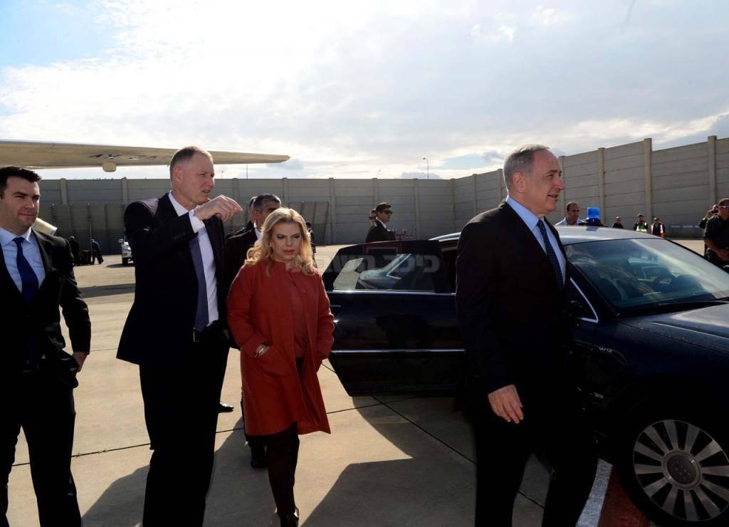 בני הזוג נתניהו, בשדה התעופה בדרך לוושינגטון (צילום: אבי אוחיון, לע''מ)