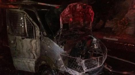 הרכב שהועלה באש (צילום: דוברות המשטרה)