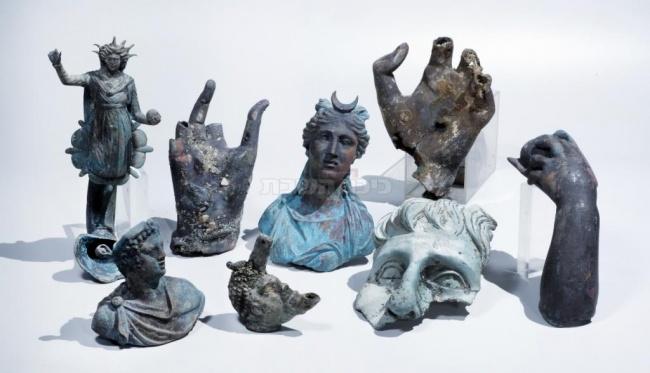 ממצאי הברונזה הנדירים שנתגלו בקיסריה. צילום: קלרה עמית, באדיבות רשות העתיקות