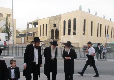 הגאון רבי עזריאל אוירבך בבית הכנסת