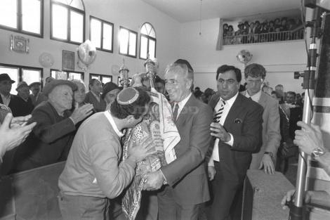 """רה""""מ פרס בהכנסת ספר תורה לבית הכנסת הגרוזיני החדש באשדוד ב-1986"""