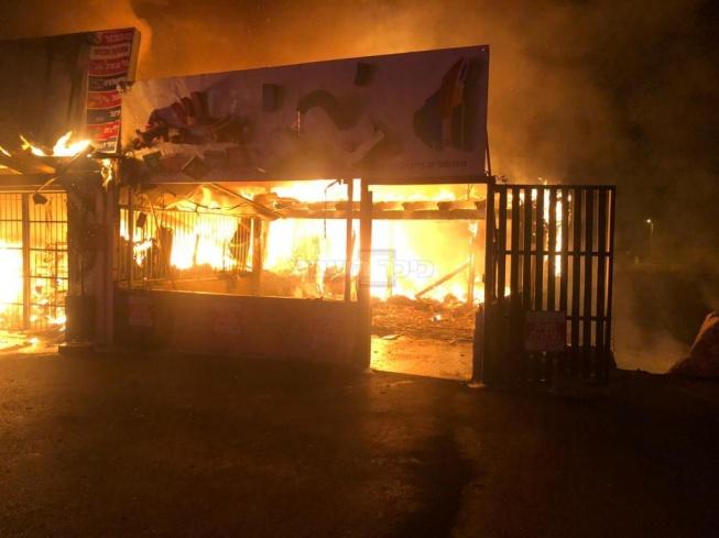 החנויות עולות באש (צילום: דוברות כבאות והצלה לישראל מחוז צפון)