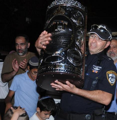 אחד מהשוטרים שאבטחו את האירוע עם ספר התורה