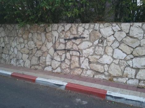 צלב הקרס בשכונת תל גיבורים. צילום: כיכר השבת