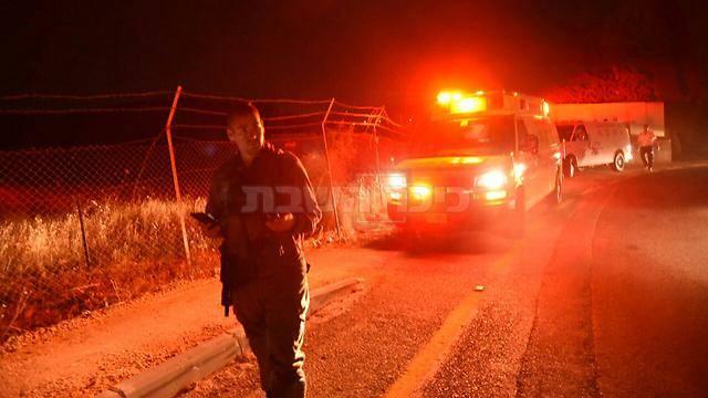 פינוי הפצועים מהזירה, אמש (צילום: אביהו שפירא, ynet)