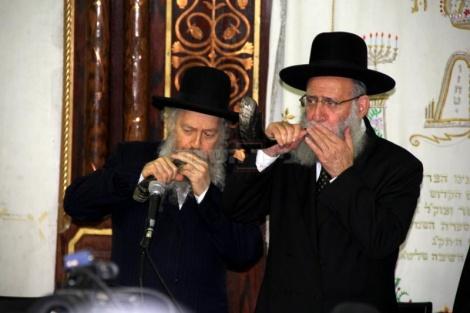 הרב אלבז והרב בצרי תוקעים בשופרות