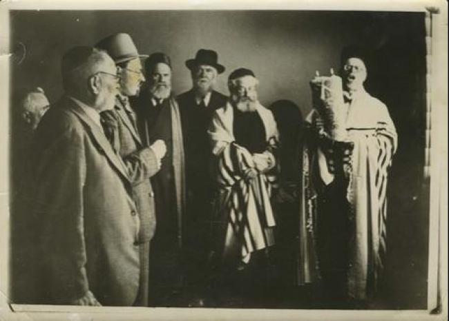 יהודים עם טליתות וספר תורה