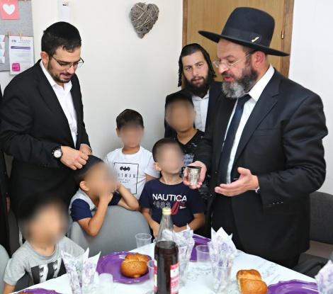 """לאחר הברית - יו""""ר יד לאחים הרב ישראל ליפשיץ עם המוהל והילדים. צילום: יד לאחים"""