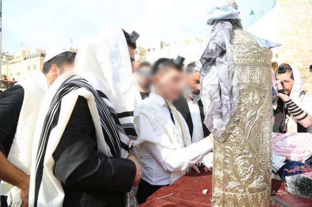 חתן הבר מצווה שגדל כילד מוסלמי קורא בתורה