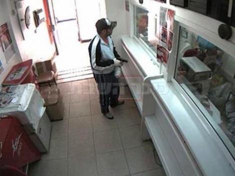 השודד בסניף בנק הדואר ובידו אקדח