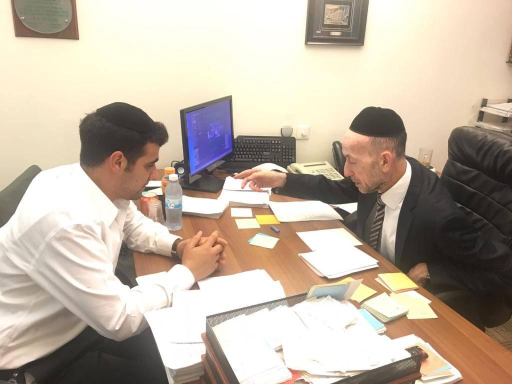 ח''כ מקלב מציג את הפתקים לכתב כיכר השבת ישי כהן
