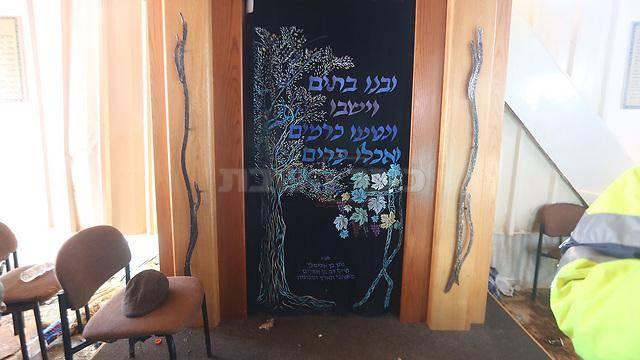 ארון הקודש בבית הכנסת (צילום: גיל יוחנן - ynet)