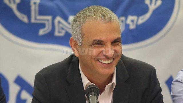 כחלון במסיבת העיתונאים (צילום: מוטי קמחי, ynet)