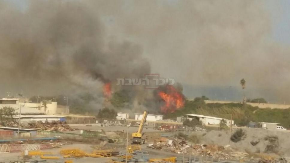 השריפה בחדרה (צלם: בני מרקוס, חברת החשמל) (צילום: כבאות והצלה מחוז חוף)