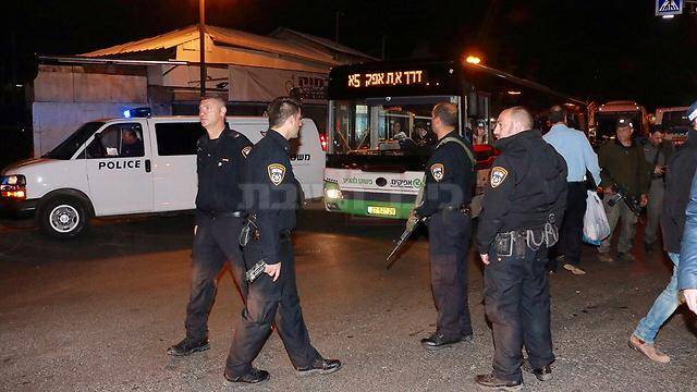 כוחות המשטרה ליד האוטובוס (צילום: דנה קופל, ynet)