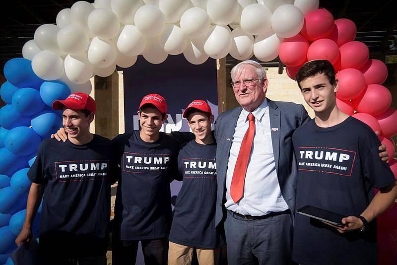 מארק צל עם פעילים למען טראמפ בישראל (צילום: Joe Davids/FLASH90)