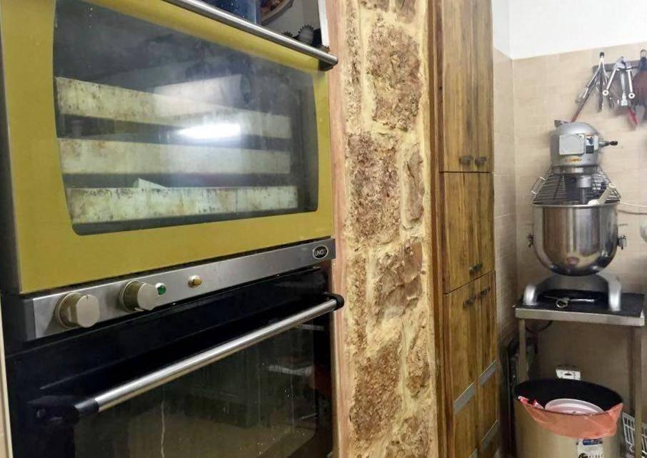 מטבח תעשייתי בבית ירושלמי אותנטי