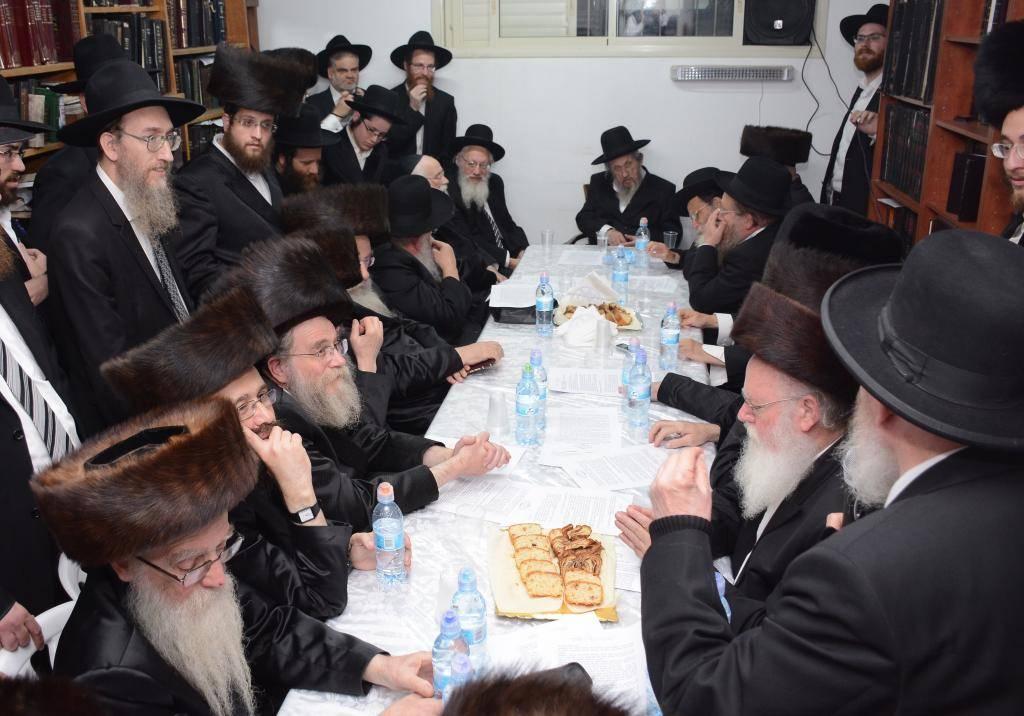 כינו הרבנים בבית הגר''י סילמן