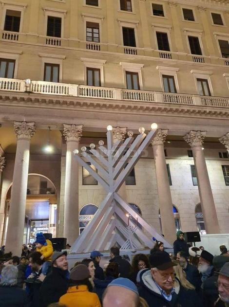 מילאנו איטליה, הדלקת נרות בכיכר העיר. באדיבות אריה זריבי
