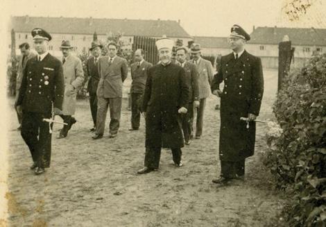 המופתי והנאצים בסיור במחנה נאצי (צילום: בית מכירות פומביות 'קדם')