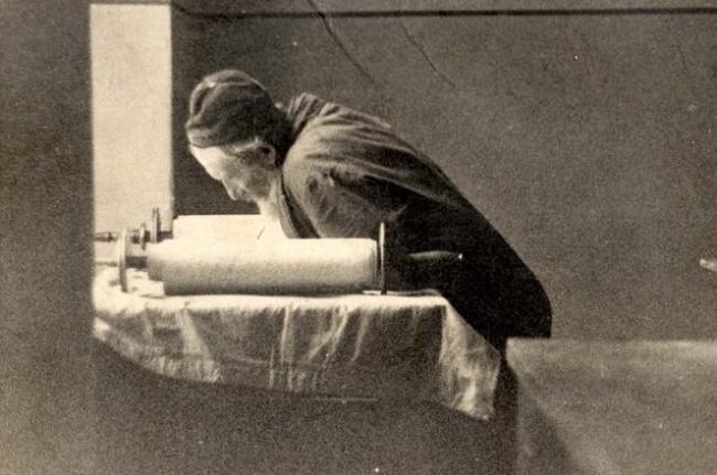יהודי רכון מעל ספר תורה בגטו