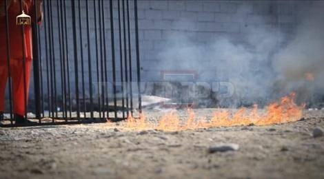 האש מתפשטת לכיוון הטייס הירדני שבתוך הכלוב (צילומסך: מתוך יוטיוב)