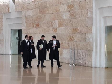 פרקליטיו של פידנרוס (צילום: כיכר השבת)