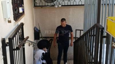 הצעיר במדרגות הכניסה לבית