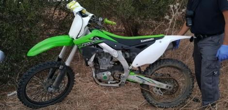 האופנוע שנמצא בין השיחים