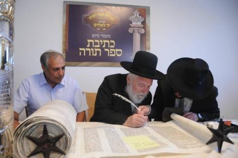 הרב פנחס בסר מיד לאחים, בכתיבת אותיות