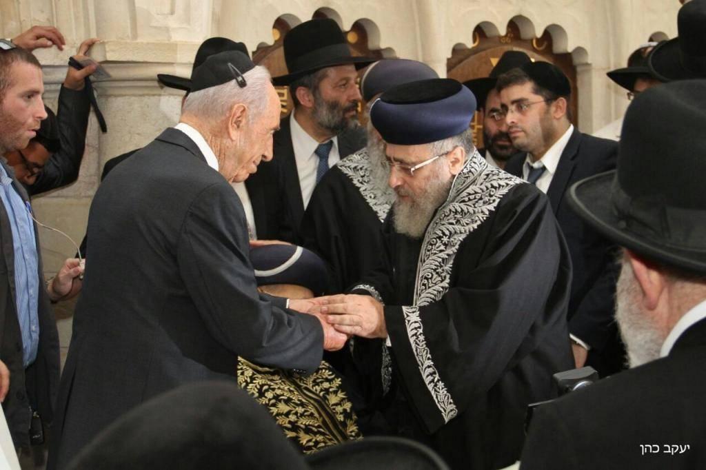 פרס במעמד הכתרת הרב יצחק יוסף לראשון לציון
