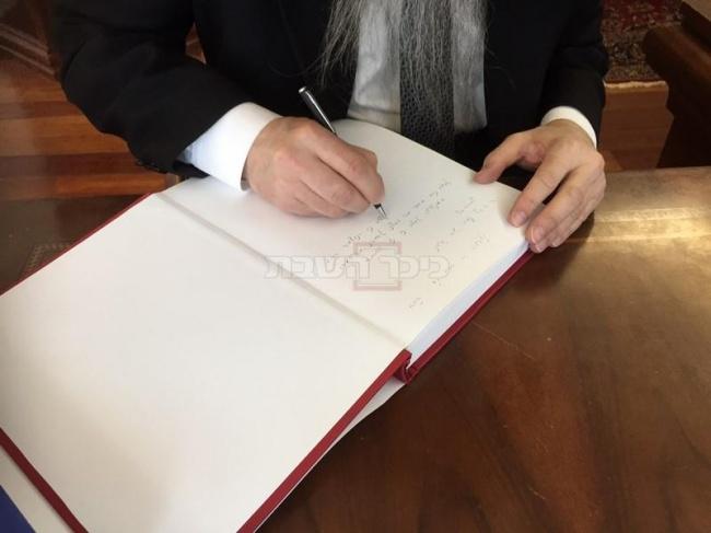 רבה של רוסיה הגר''ב לאזאר כותב הקדשה על הספר הראשון