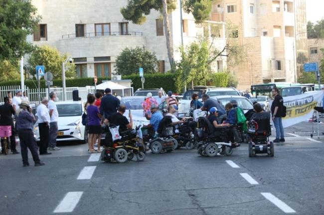 """המפגינים ליד בית ראה""""מ. צילום: חיים גולדברג, כיכר השבת"""