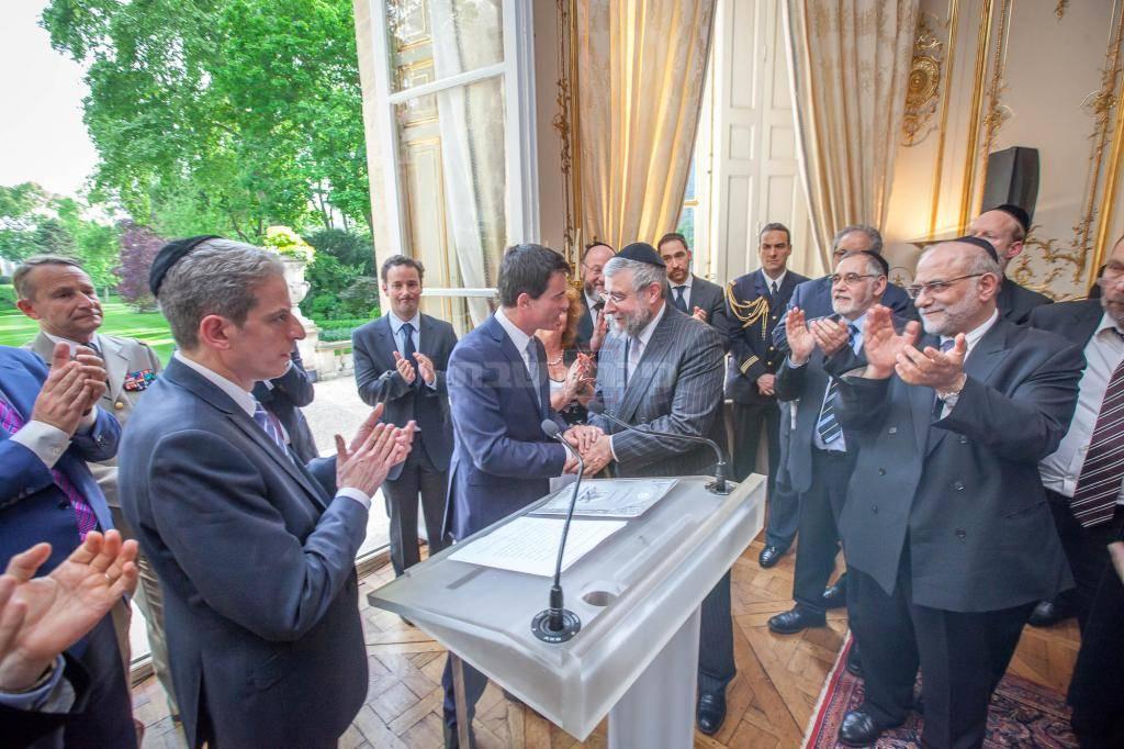 ואלס עם חברי 'ועידת רבני אירופה' בראשות הרב גולדשמידט. ארכיון (צילום: אלי איטקין)