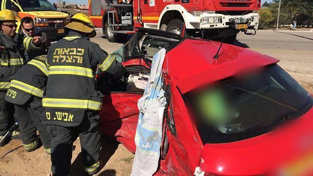 לוחמי האש בזירת התאונה (מתוך ynet)