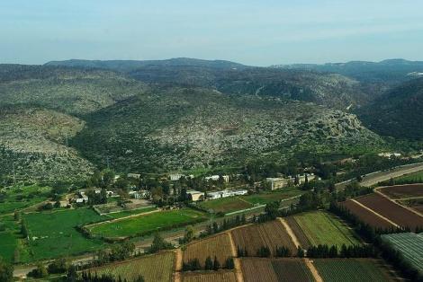 כפר סיטרין, בו ממוקמת ישיבה חרדית, על רקע הרי הכרמל. התלמידים ניצלו בנס באסון